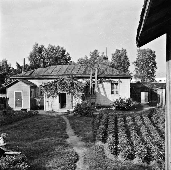 Kuparisepän talon pihapiiriä Vaasankatu 27:ssä, jossa talo alun perin sijaitsi. Talo purettiin Vaasankadulta vuonna 1953. Kuva on otettu 1950-luvun alussa. Kuva: Pekka Kyytinen, Keski-Suomen museo.