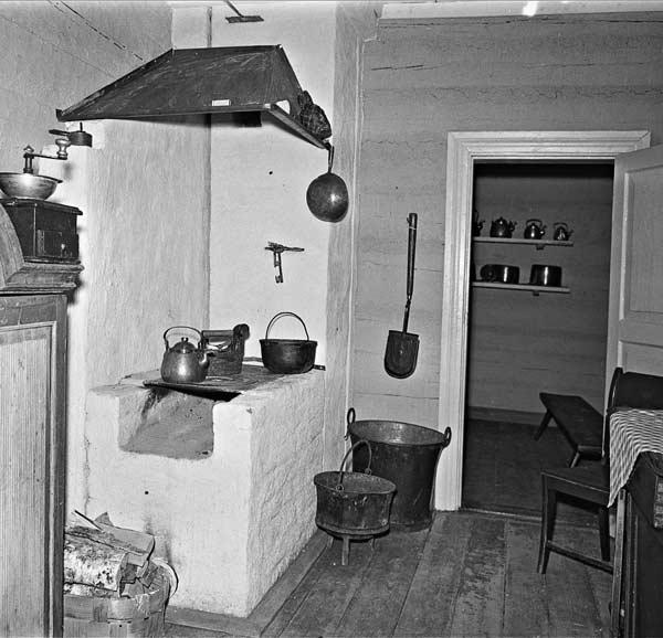 Kuparisepän talon keittiö sisutettuna 1800-luvun lopun asuun, Keski-Suomen museon käsityöläismuseot. Kuva vuodelta 1956, Kauko Kippo, Keski-Suomen museo.
