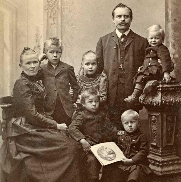 Kupariseppä Carl Erik Sjöblom perheineen kuvattuna n. 1888-1893. Carl Erik Sjöblom muutti alun perin Vaasankadun yläpäässä sijainneeseen, nykyään Kuparisepän talona tunnettuun taloon vuonna 1847. Kaikkiaan perheeseen kuului kuusi lasta. Kuva: August Schuffert, Keski-Suomen museo.
