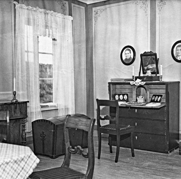 Lukkarinlesken kamari Kuparisepän talossa sisutettuna 1800-luvun lopun asuun, Keski-Suomen museon käsityöläismuseot. Kuva vuodelta 1956, Kauko Kippo, Keski-Suomen museo.