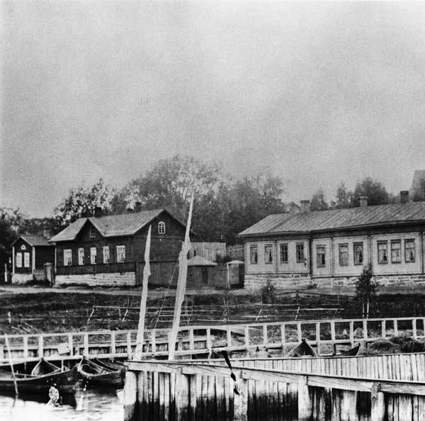 Näkymä Jyväskylän satama-alueelta Rantakadulle (nyk. Hannikaisenkatu) n. 1870-1880-luvulla. Kuvassa vasemmalla näkyy Sparvinin talon päätyä. Kuva: Keski-Suomen museo.